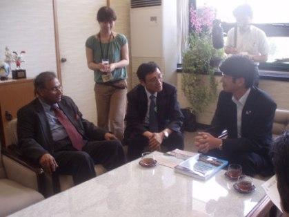 Amb. Jayantha Dhanapala, President Pugwash Conferences on Science and World Affairs with Mr. Tomihisa Taue, Mayor of Nagasaki and Prof. Tatsujiro Suzuki, President, Pugwash Group, Japan, on 8th August 2008