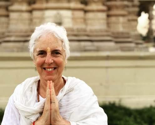 Sue Flamm delante de una templo en la India