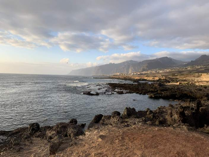 Paisaje de un día nublado en una costa rocosa del Norte de España