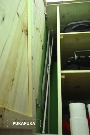drewniana szafa we wnęce