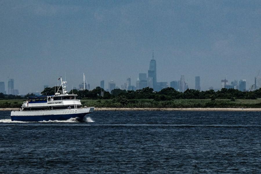 Ons Cruiseschip met Manhattan op de achtergrond