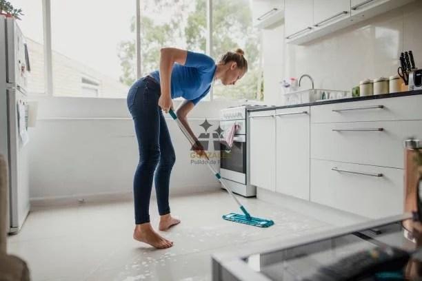 limpiar piso de la cocina