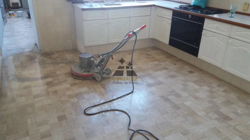 pulido del piso de la cocina