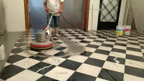 Lavado de piso de mármol ajedrez