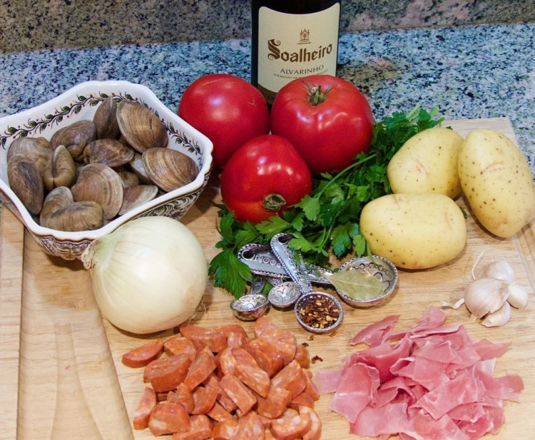 Clams and sausage ingredients with Alvarinho