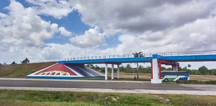 Divided highway in Cuba 1