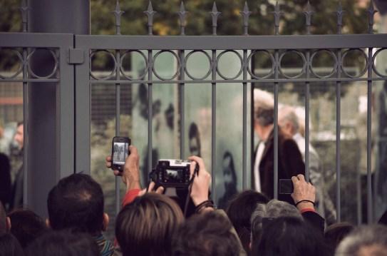 La foule contre les grilles de l'Institut