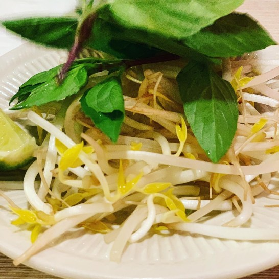 (Fresh bean sprout salad.)