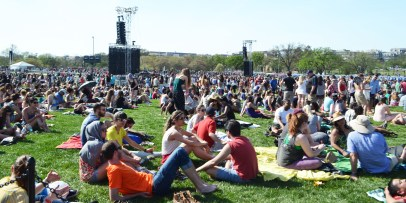 Crowd sitting on the National Mall looking toward the stage at Global Citizen 2015 Earth Day.