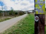 Via Verde i flere kilometer, snart grus, og merket med Nidaros-emblem i metall på burgunder bunn.