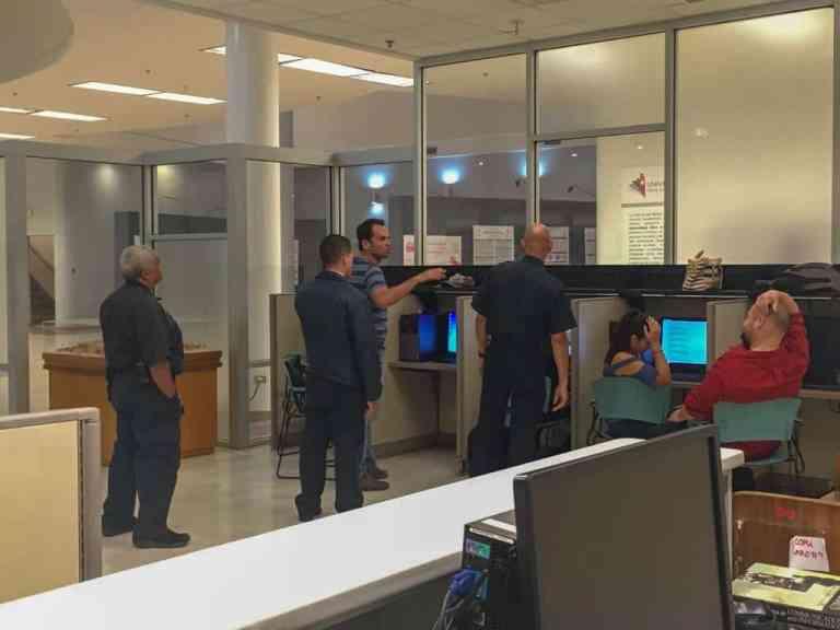 Hombres fueron escoltados tras pelea en la biblioteca Lázaro