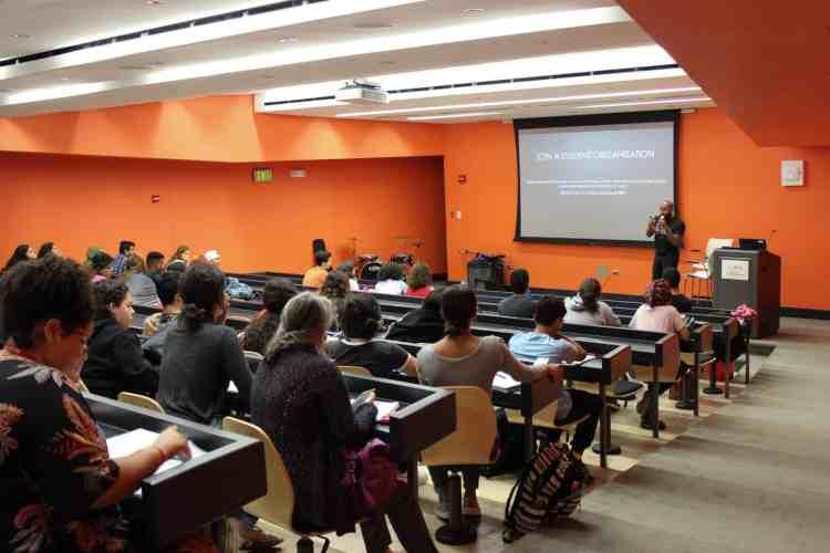 Los estudiantes atentos a las sugerencias del Dr. Craig Graham (Foto: Daniella Torres)