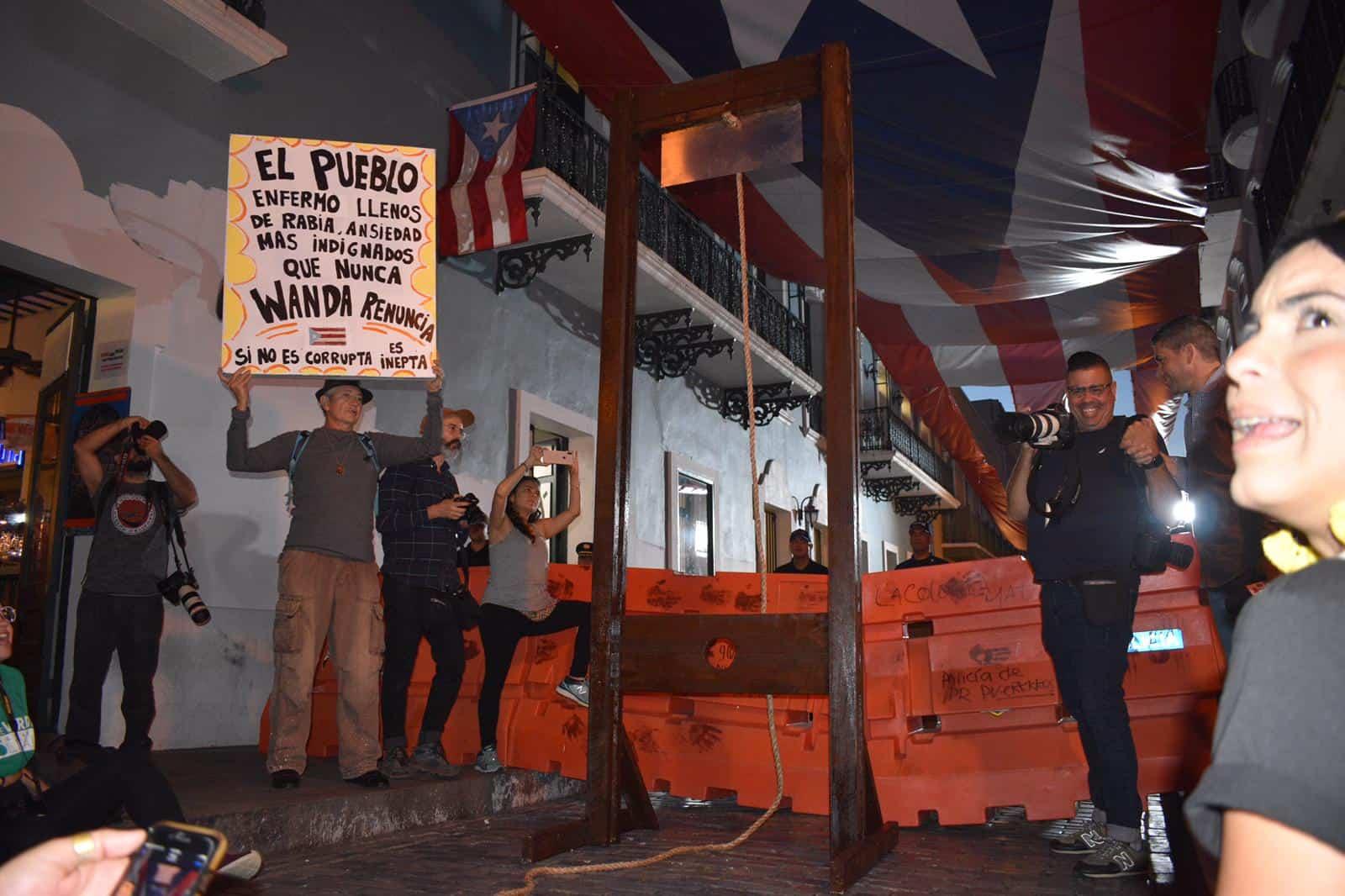 Manifestantes exigen la renuncia de la gobernadora