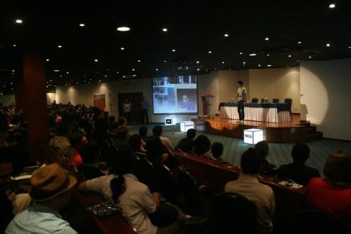 Los asistentes de PulsoConf 2012 atentos a la presentación de Brian Wong de Kiip.