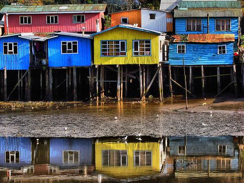 Uno de los alojamientos que se pueden encontrar en Sinbad son palafitos en el sur de Chile.