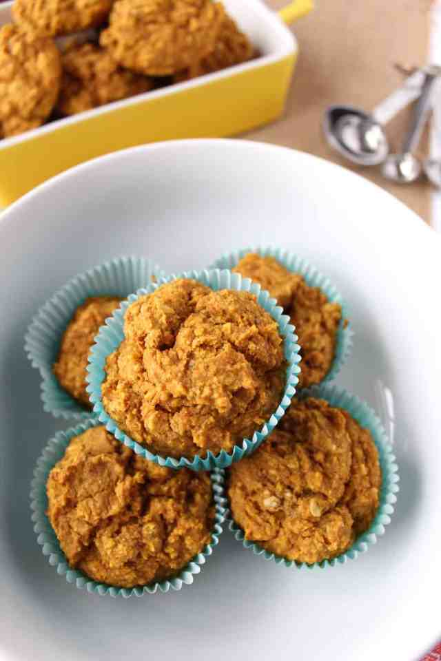 Cinnamon Pumpkin Oatmeal Muffins--- {vegan} deliciously light, yet healthy pumpkin muffins that are packed with whole ingredients! {pumpkin & peanut butter}