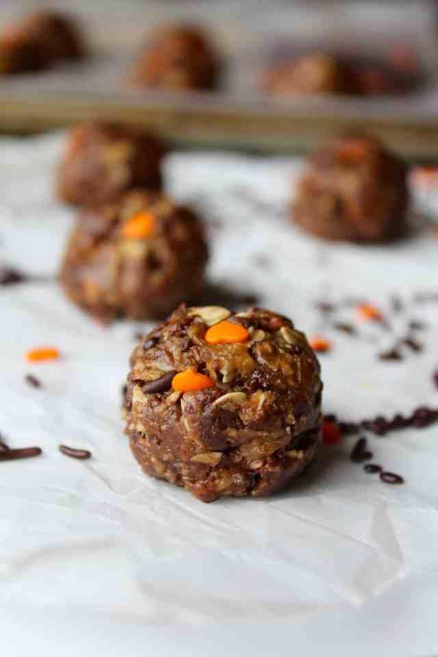 Halloween Chocolate PB Granola Bites // pumpkin & peanut butter
