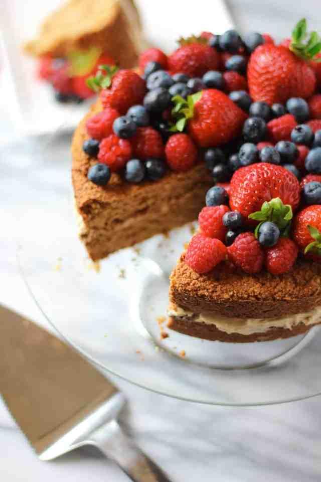 Almond Coconut Flour Berry Cake {gluten free} // pumpkinandpeanutbutter.com