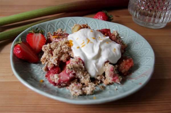 Hafercrumble mit Rhabarber & Erdbeeren