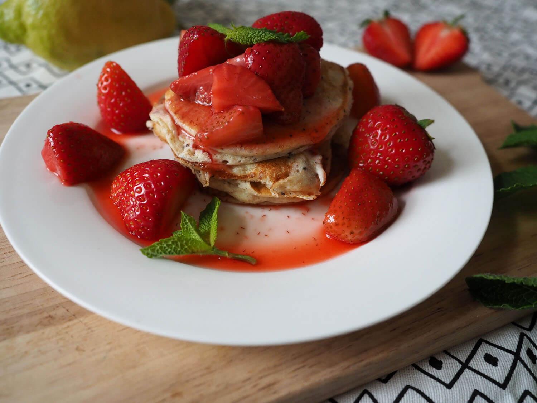 Zitronen-Ricotta-Pancakes mit Mohn & Erdbeeren