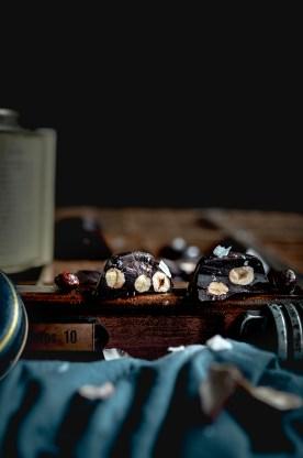 Raw dark chocolate bites with salted & caramelized hazelnuts