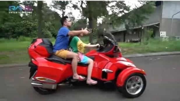 Adik Melaney Ricardo Menawarkan motornya
