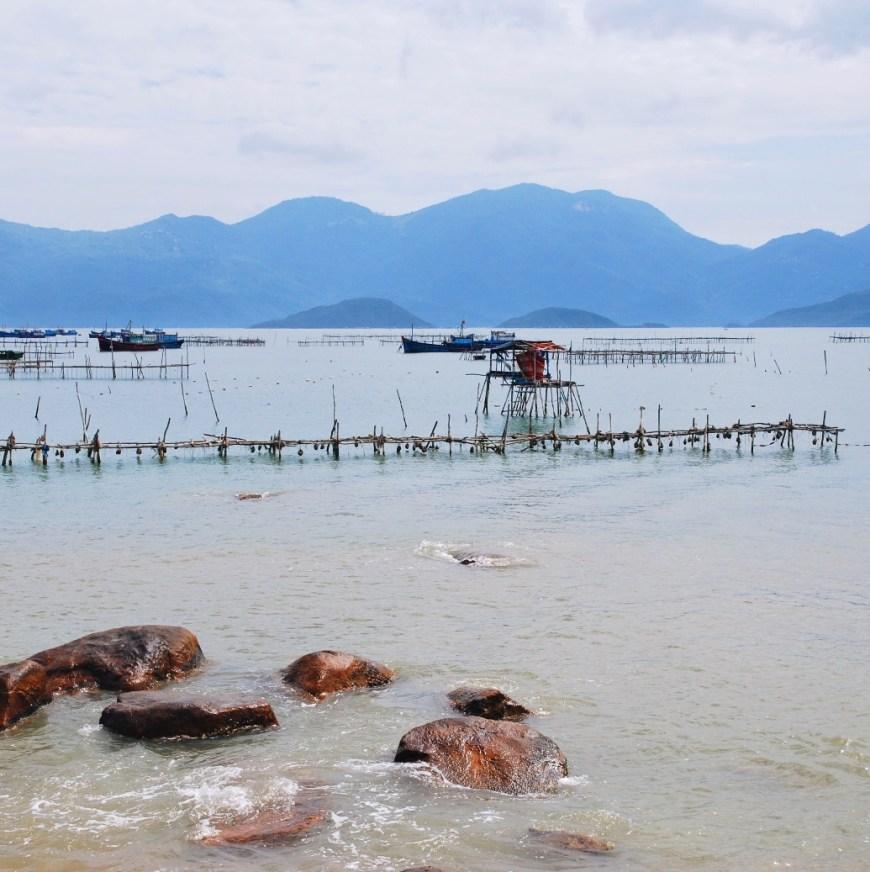 Посетить Рыбацкую гавань в Муйне. Рыбацкая гавань в Муйне дико фотогеничное место, где можно сделать шикарные снимки вьетнамцев на фоне рыбацких лодок. Попасть в гавань можно своим ходом, взяв в аренду велосипед. Из Муйне ехать около 15 минут.