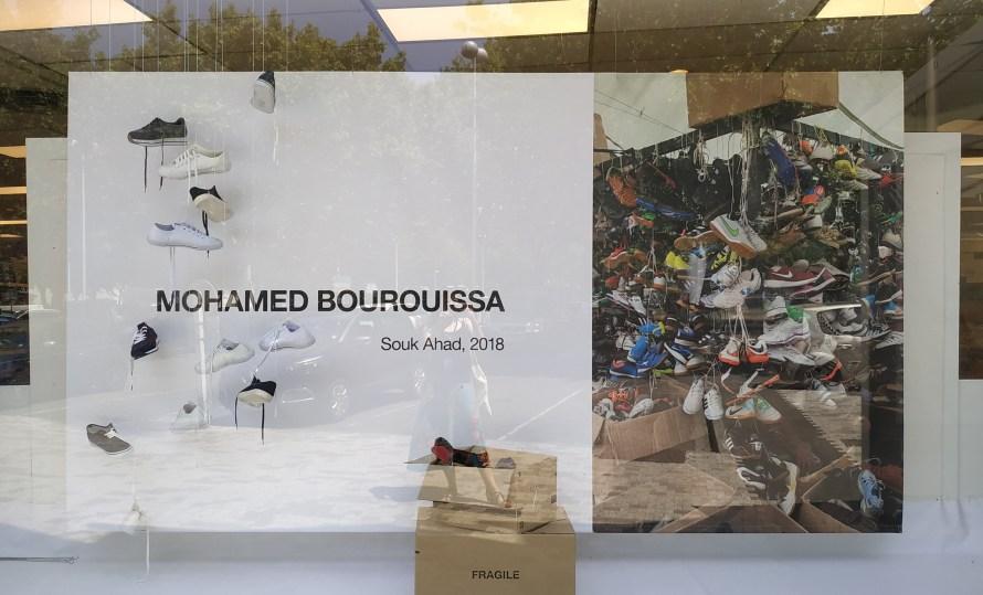 Mohamed Bourouissa kiállításának reklámja a Monoprix áruház kirakatában. A szerző felvétele.