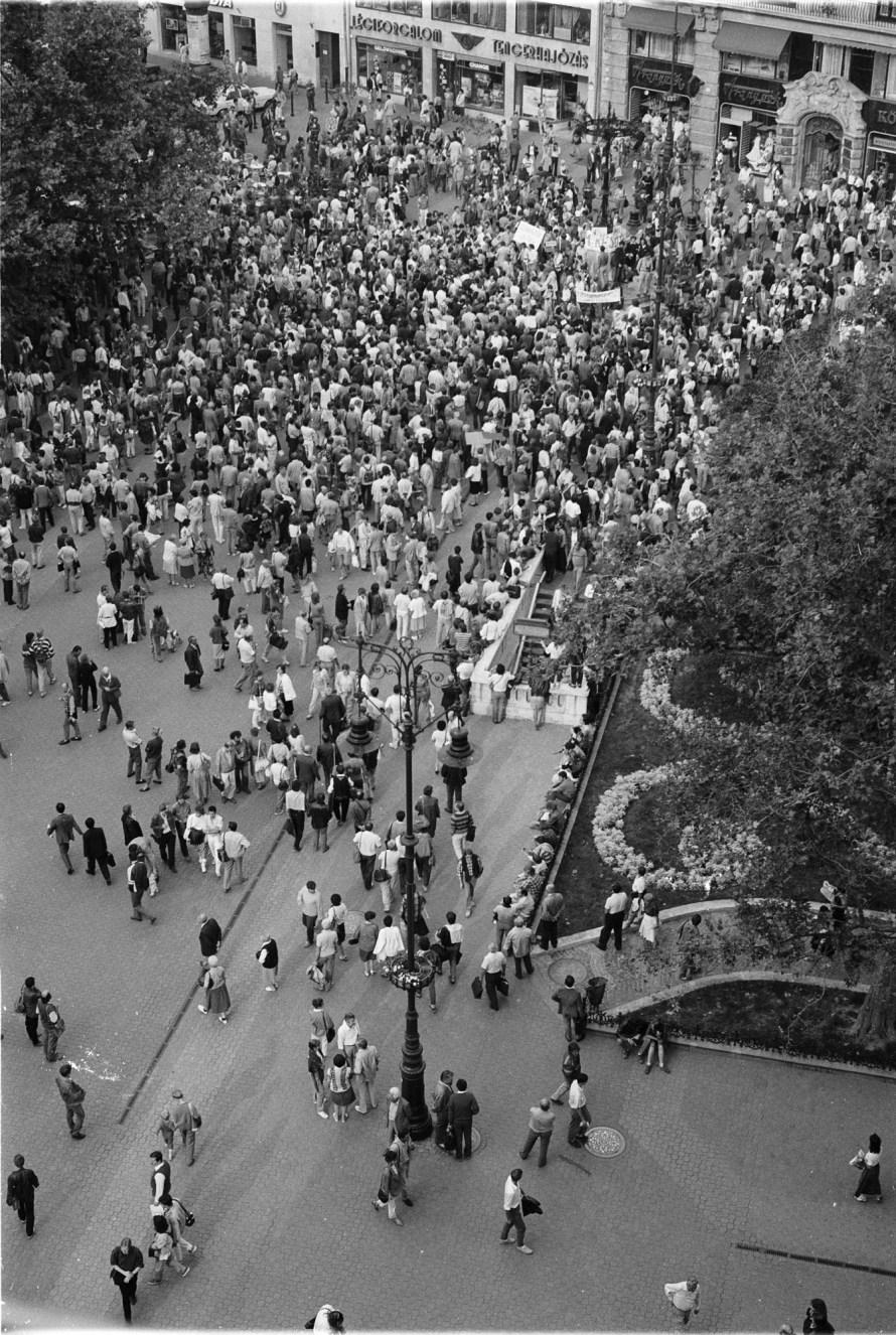 1988. szeptember 12-én a tervezett bős-nagymarosi vízlépcső ellen demonstrálók gyülekeztek a budapesti belvárosban, a Vörösmarty téren. A felvétel a könyvkiadóknak otthont adó irodaház 8. emeleti ablakából készült. © Fejér Zoltán