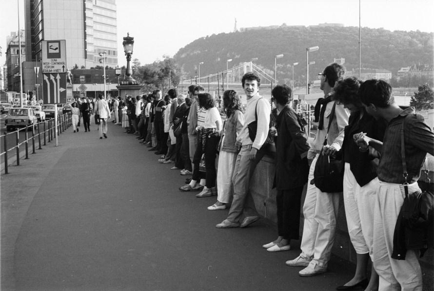 1988. október 3-án főként fiatalok Élőláncot hirdettek meg a Duna védelmében, a tervezett bős-nagymarosi vízlépcső elleni tiltakozásul. A Lánchíd – Erzsébet híd útvonalat azonban az egymás kezét fogó demonstrálók nem érték körbe. © Fejér Zoltán