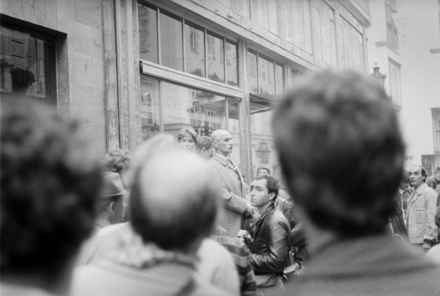 Ugyanaznap Pákh Tibor jogász (sz.:1924), egykori politikai fogoly, egy padra állva rövid beszédet mondott a budapesti Váci utcában. A másnapi napilapok szerint őt és másik négy, meg nem nevezett személyt a rendőrség őrizetbe vett.  © Fejér Zoltán