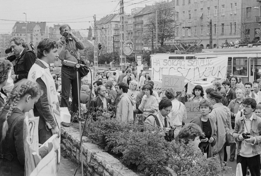 1989. április 21-én szülők és gyermekeik demonstráltak a Margit körúti légszennyezés ellen a Moszkva téren. © Fejér Zoltán