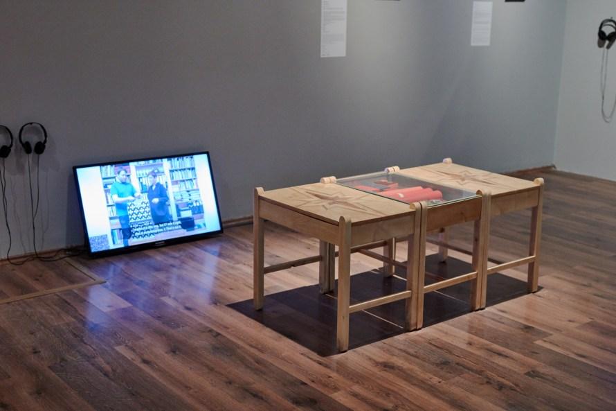 Németh Ilona A tartozás / The Debt 2019 installáció videó, 3 db fa asztal, kitüntetések dobozokban, objektek, dokumentumok. © A művész jóvoltából