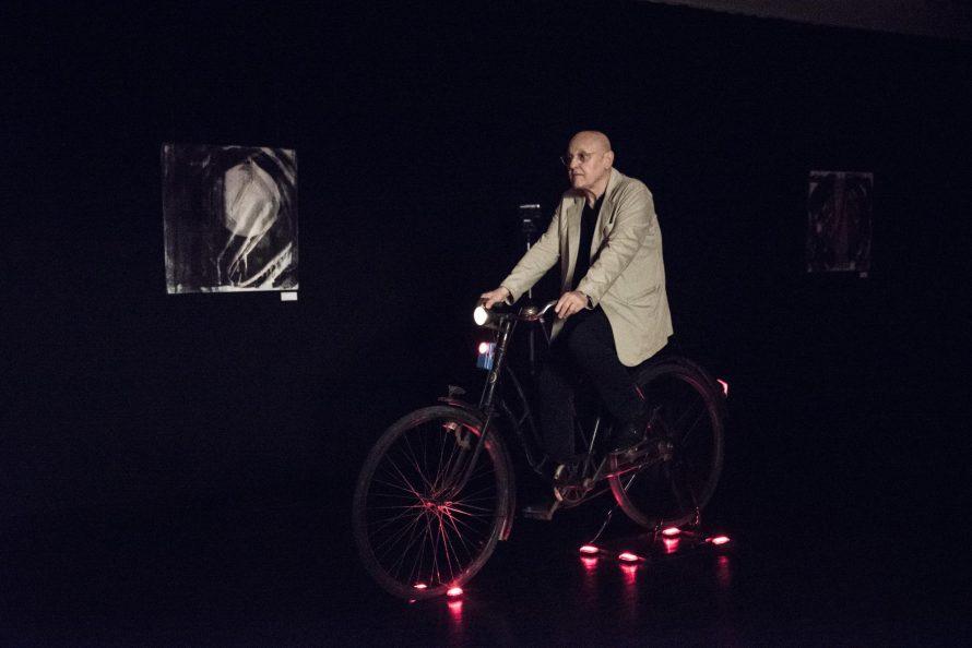 Minyó Szert Károly fénykerékpározás közben, Berlinben, 2019 © Minyó Szert Károly