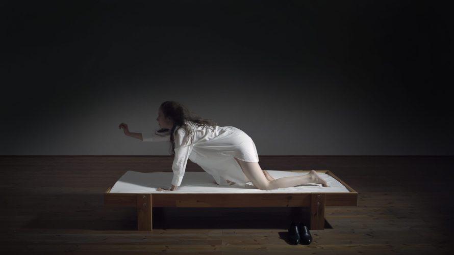 Varju Tóth Balázs: Fuldokló gyakorlatok, kétcsatornás videóinstalláció, film still, 2020 © A művész jóváhagyásával