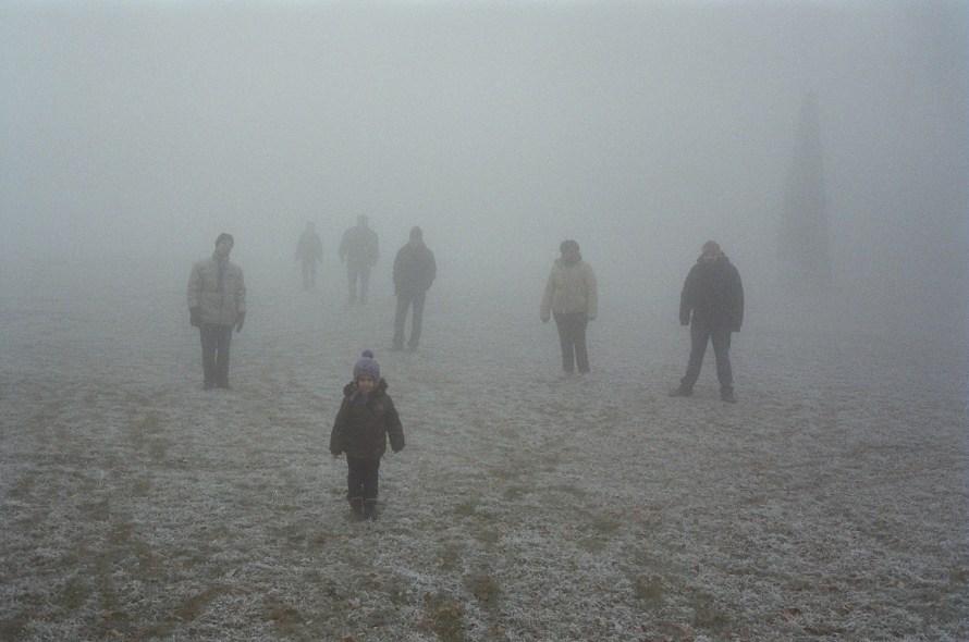 Fotó: <b>Hermann Ildi</b>:<br> <i>Lányaink</i><br> 2011<br> Család ködben, Lányaink sorozat (2011- , giclée print, 52,5x72,5 cm, 2011, fehér dobozkeretben)