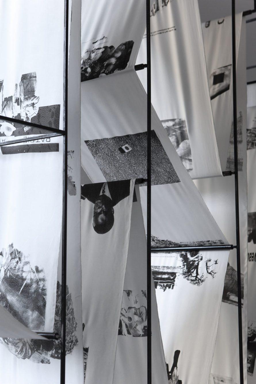 Culture Lost and Learned by Heart, Untitled, 2020, Metall und Siebdruck auf Seide, Installationsansicht (Detail), Dakar © Adji Dieye