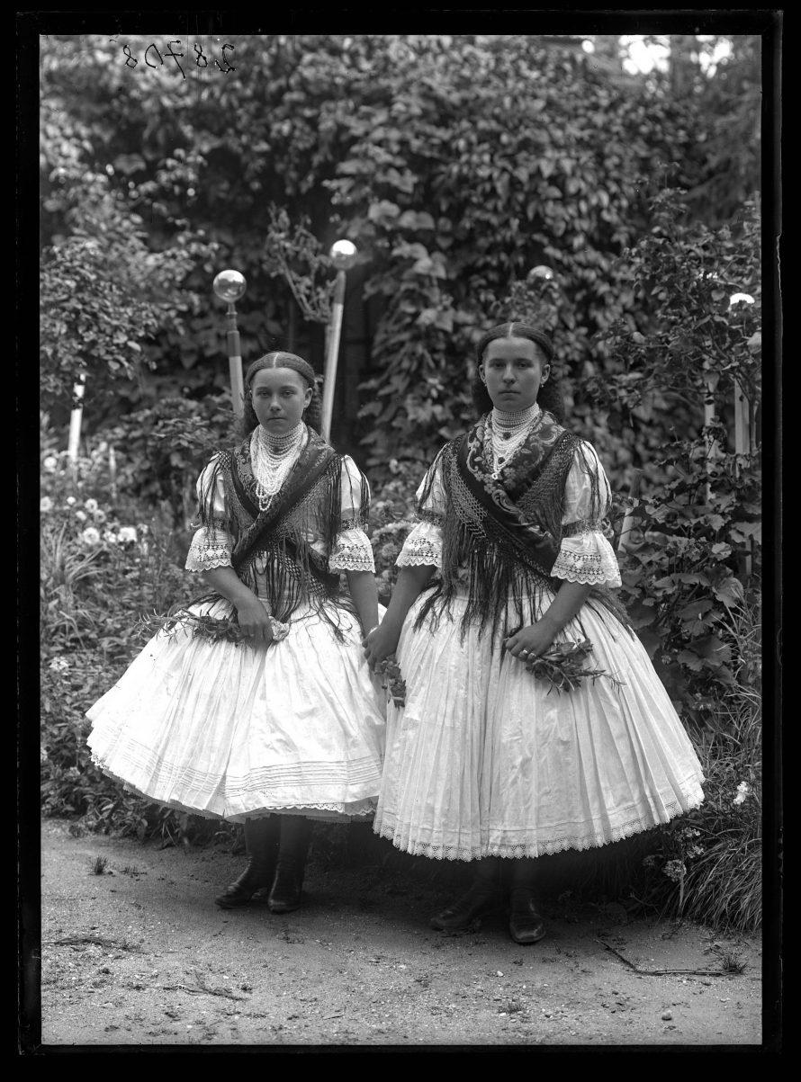 Fotó: Leányok Csesztvéről, a felvétel a fényképész kertjében készült<br> Balassagyarmat, 1910-es évek<br> Vámos Aladár felvétele Néprajzi Múzeum, F 28708