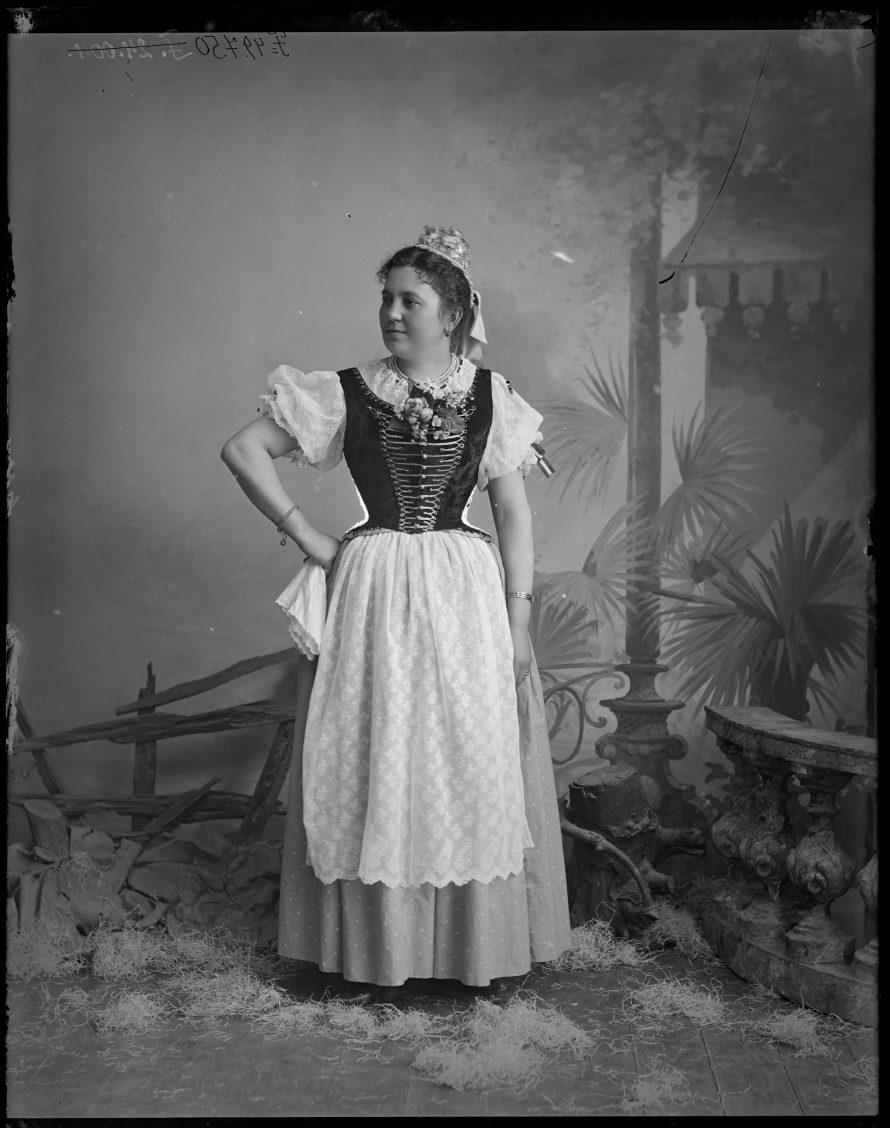 Fotó: Úrinő magyaros díszruhában Cegléd, 1910-es évek vége<br> Mózer Aladár és Rudda Imre felvétele Néprajzi Múzeum, F 49750