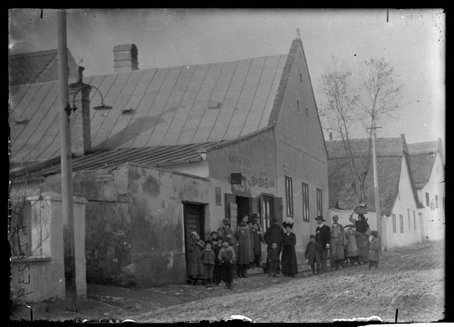 Fotó: Grosz-féle üzlet, előtte vásárlók csoportja Veszprém (?), 1910-es évek (?)<br> Ismeretlen veszprémi fényképész felvétele Néprajzi Múzeum, F 29239