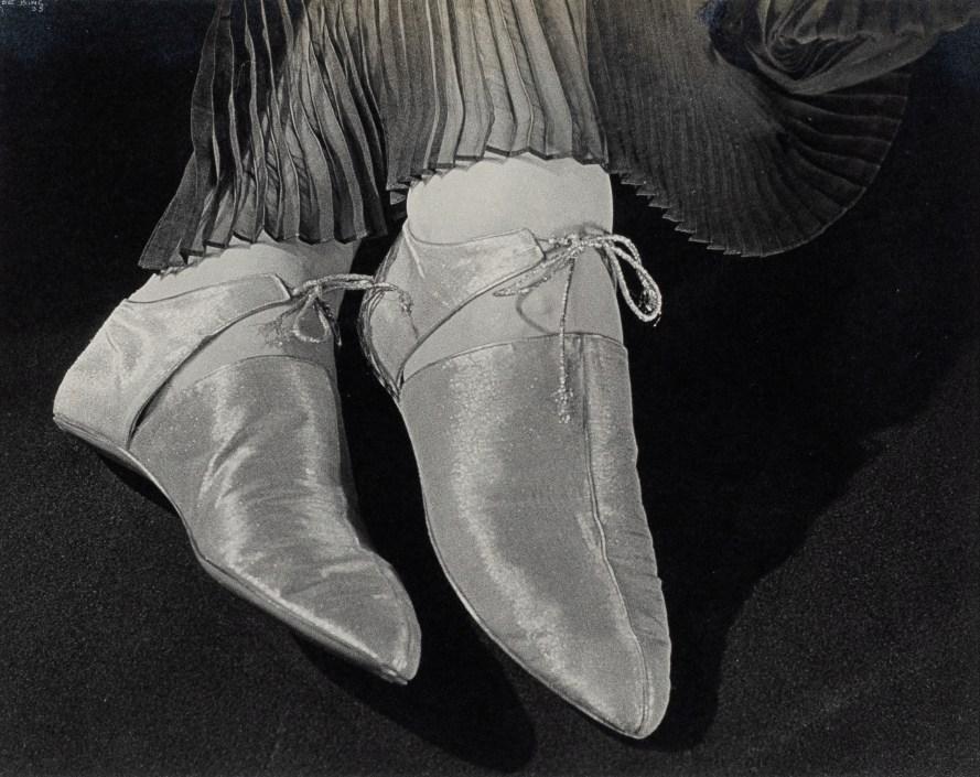 Fotó: <b>Ilse Bing</b>: Gold Lame Evening Shoes, 1935<br> Tirage argentique / Gelatin silverprint Epreuve d'époque / Vintage print 22,2 x 27,9 cm / 8 3/4 x 11 in<br> Cadre / Frame: 42,7 x 52,9 x 2,5 cm<br> © Courtesy Galerie Karsten Greve St. Moritz, Paris, Köln