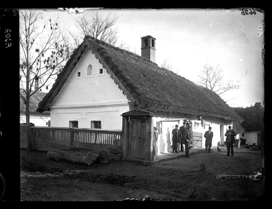 Fotó: Náddal fedett lakóház az utca felől<br> Jankó János felvétele<br> Borsodszirák, 1895<br> Néprajzi Múzeum, F 307