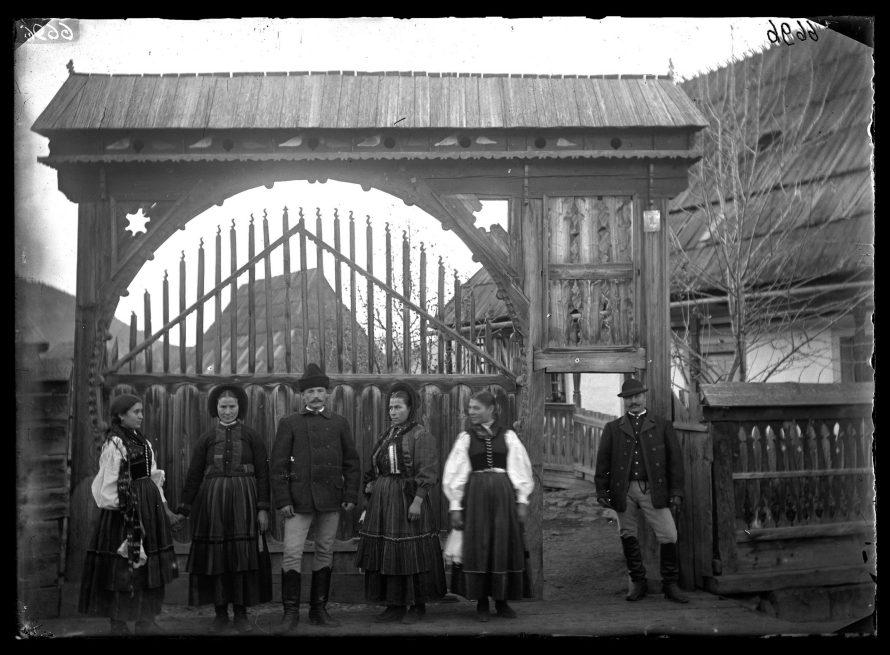 Fotó: Székelykapu előtt álló nők és férfiak<br> Jankó János felvétele<br> Csíkszentdomokos, 1894<br> Néprajzi Múzeum, F 376