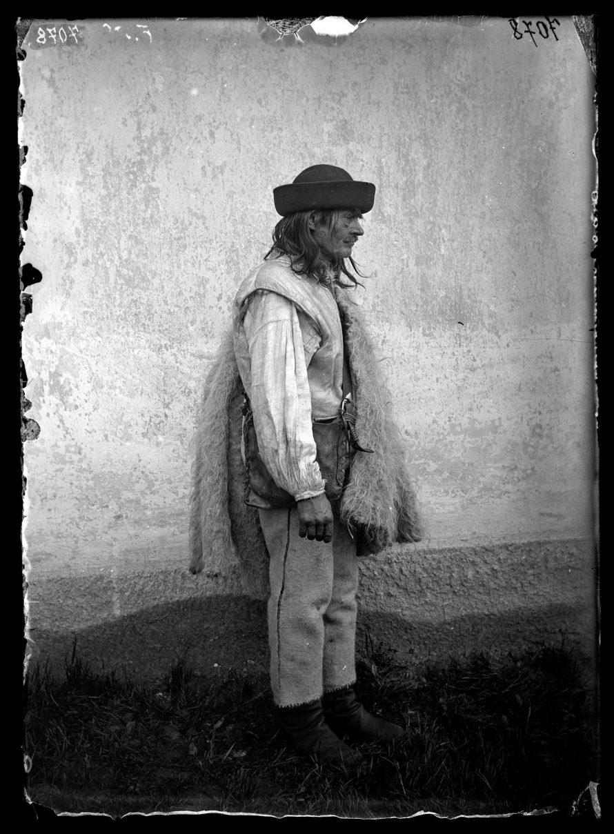 Fotó: Rutén férfi viselete oldalról<br> Jankó János felvétele<br> Verecke, 1895<br> Néprajzi Múzeum, F 500