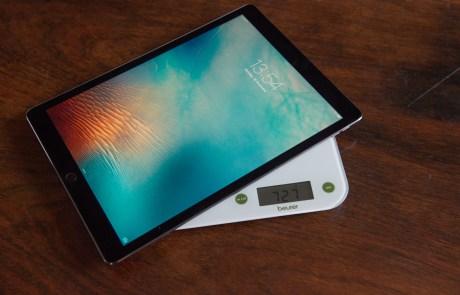 Das iPad Pro wiegt etwa 727g laut Küchenwaage © Martin Skopal