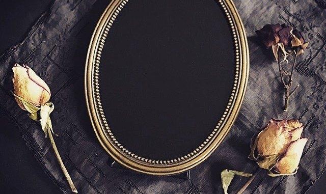 Whether you want to expand your collection of divination tools, or simply enjoy a goth aesthetic, this faux scrying mirror is a quick diy project to do!
