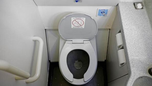 En el tercer lugar, el botón de descarga del inodoro del avión (iStock)