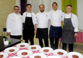 Chef Stefano Mazzone (izq.) junto a su equipo de trabajo