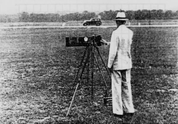 Bruce Greenshields tomando fotos del tráfico entre 1930 y 1940