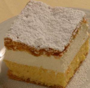 foto della torta di bled disposta su di un piatto bianco